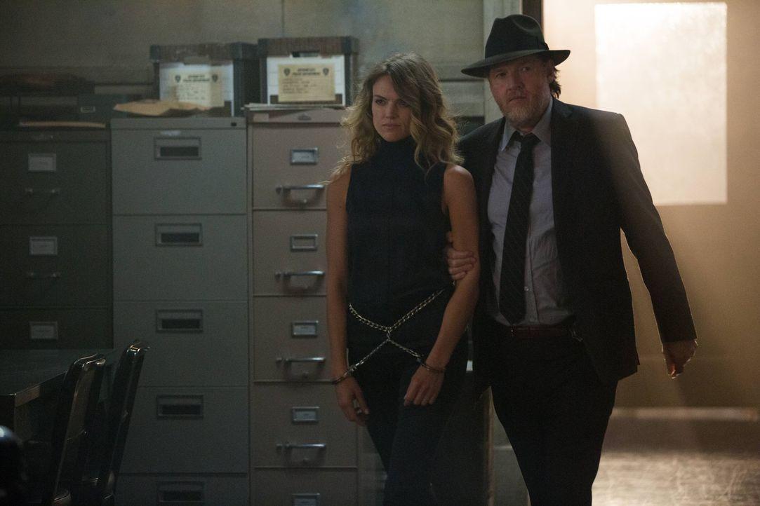 Noch ahnt niemand, was Barbara (Erin Richards, l.) wirklich vorhat. Doch schon bald sind Gordon und Leslie in großer Gefahr. Kann Bullock (Donal Log... - Bildquelle: Warner Brothers
