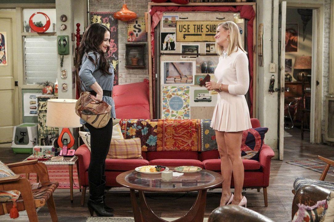 Die Fernbeziehung von Max (Kat Dennings, l.) und Randy läuft eigentlich ganz gut, bis zu dem Tag, an dem Caroline (Beth Behrs, r.) sich mit einem vo... - Bildquelle: Warner Bros. Television