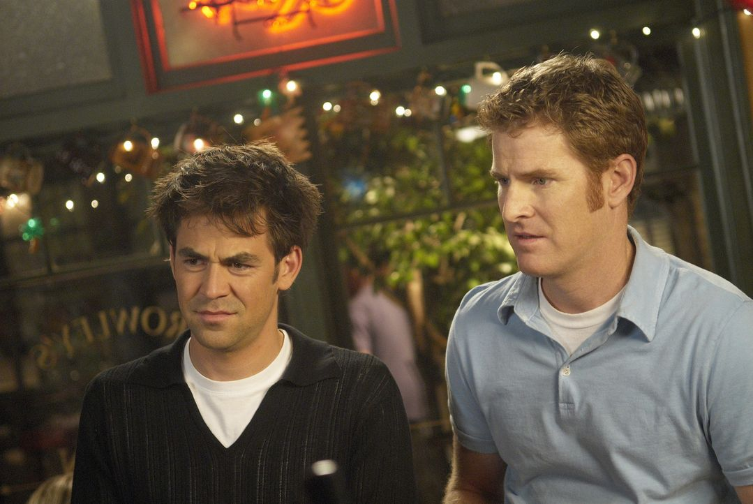 Bobby (Kyle Howard, l.) und Mike (Jamie Kaler, r.) lernen die ehemalige Baseball-Ikone Danny Finn kennen ... - Bildquelle: 2006 Sony Pictures Television Inc. All Rights Reserved.