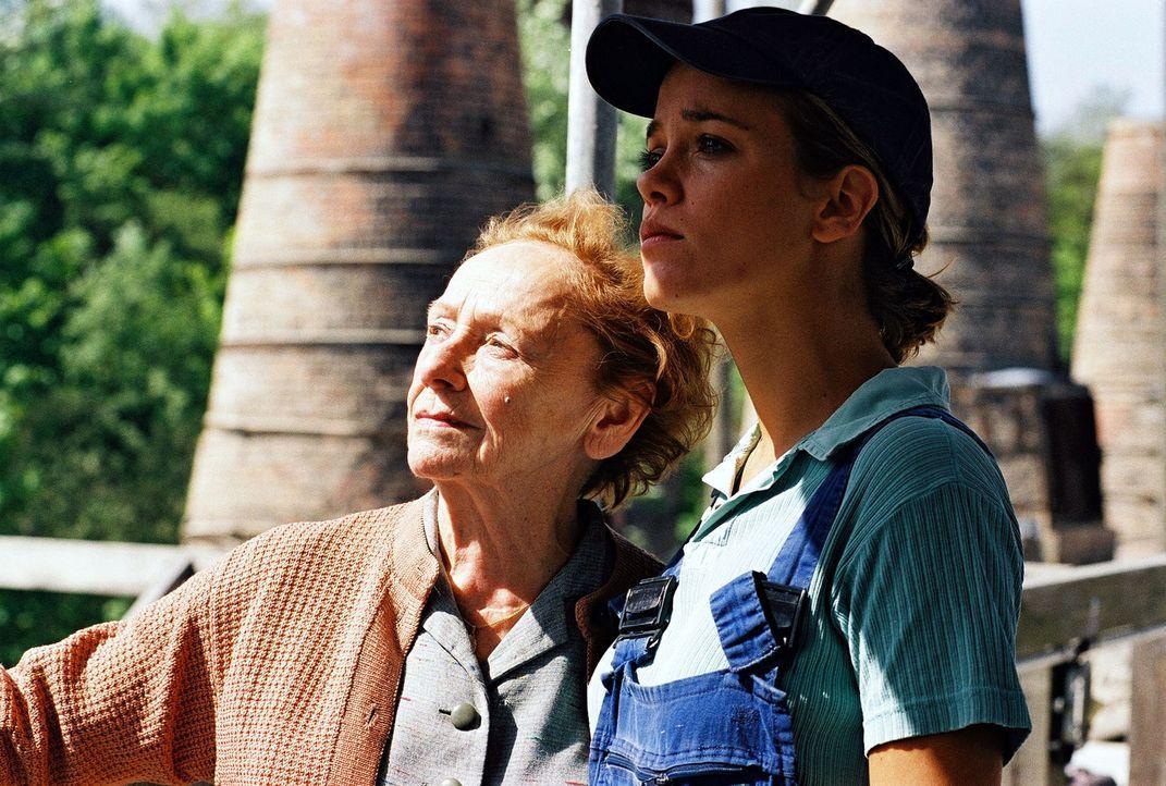 """Nina (Muriel Baumeister, r.) findet ihre Oma (Ruth Glöss, l.) im """"Zwiegespräch"""" mit ihrer großen Liebe auf dem Dach. - Bildquelle: Sat.1"""