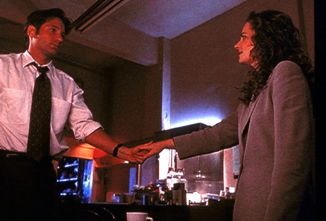 Mulder (David Duchovny, l.) trifft sich mit seiner angeblichen Schwester Samantha (Megan Leitch, r.), die er schon lange nicht mehr gesehen hat. - Bildquelle: TM +   2000 Twentieth Century Fox Film Corporation. All Rights Reserved.