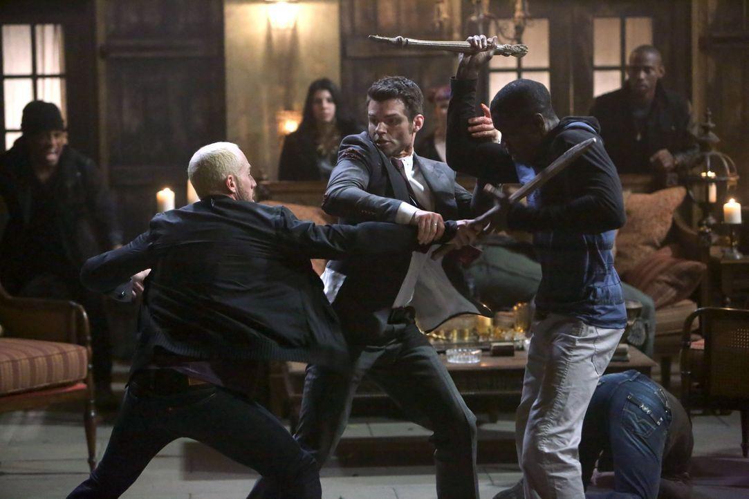 Elijah verteigt sich im Kampf - Bildquelle: Warner Bros. Entertainment Inc.