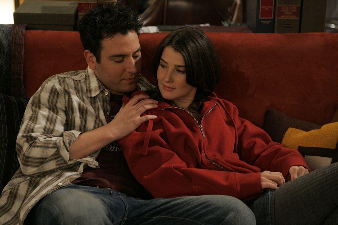 Ted (Josh Radnor, l.) und Robin (Cobie Smulders, r.) beschließen ab sofort nicht mehr so zu tun, als wäre das ihre erste Beziehung. Und dass man o... - Bildquelle: 20th Century Fox International Television
