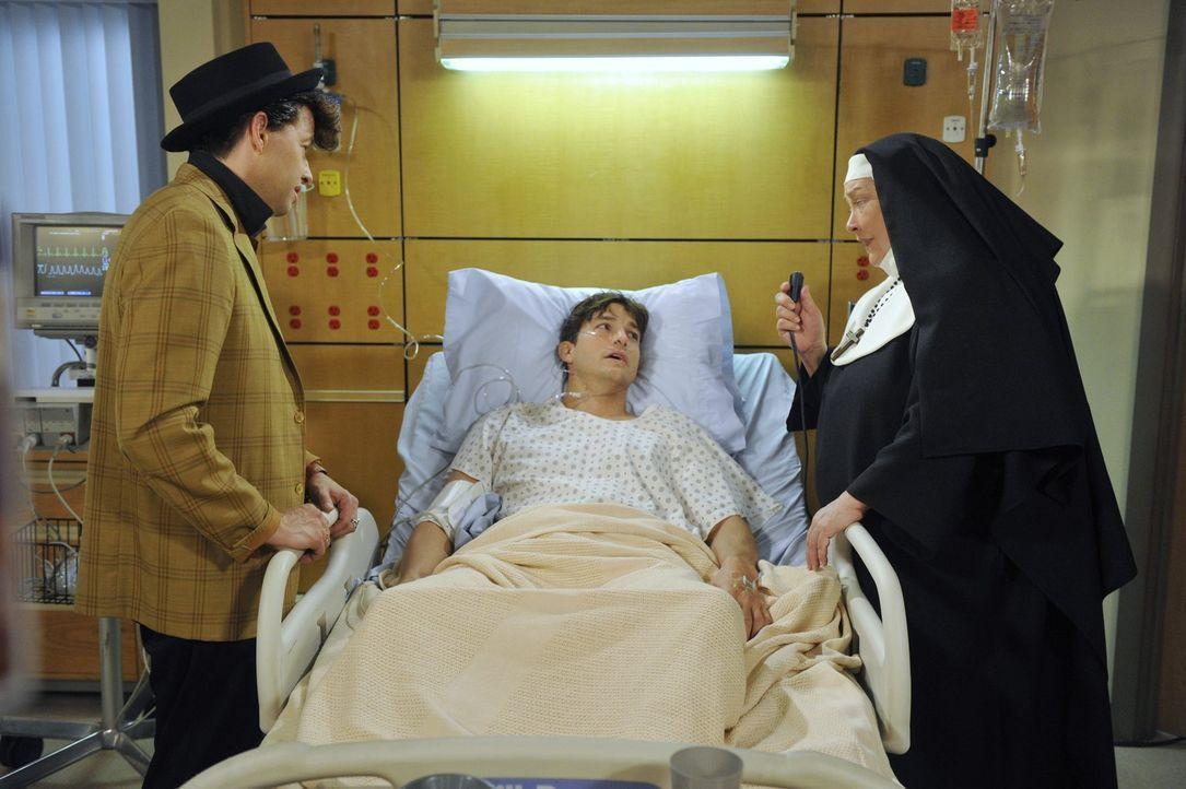 Machen sich große Sorgen um Walden (Ashton Kutcher, M.), der einen Herzinfarkt erlitten hat: Alan (Jon Cryer, l.) und Berta (Conchata Ferrell, r.) .... - Bildquelle: Warner Brothers Entertainment Inc.