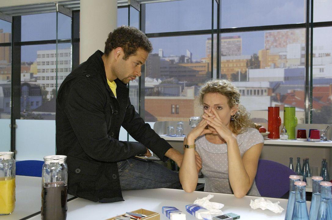 Jannick (Mike Adler, l.) versucht Maja (Barbara Lanz, r.), die entschlossen ist abzutreiben, zu trösten. - Bildquelle: Claudius Pflug Sat.1