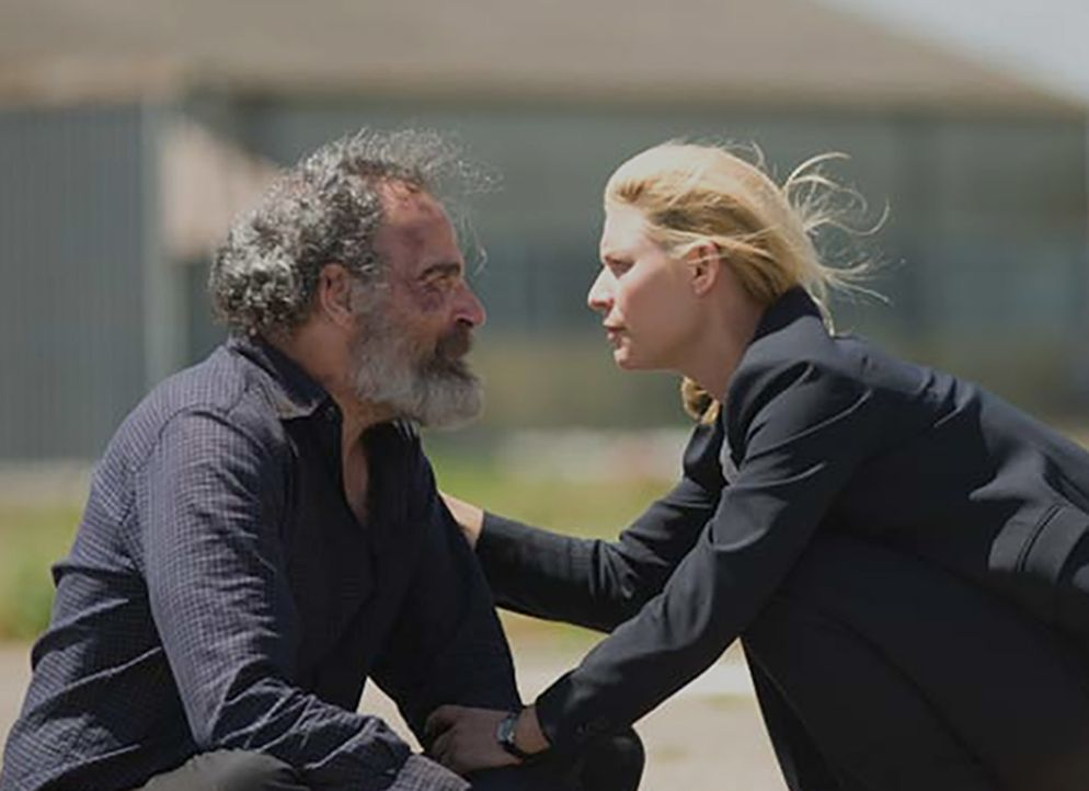 Saul (Mandy Patinkin, l.) weigert sich, am geplanten Gefangenenaustausch teilzunehmen. Er will lieber seinen Tod, als fünf Gefangene der US-Regierun... - Bildquelle: Homeland   2014 Twentieth Century Fox Film Corporation
