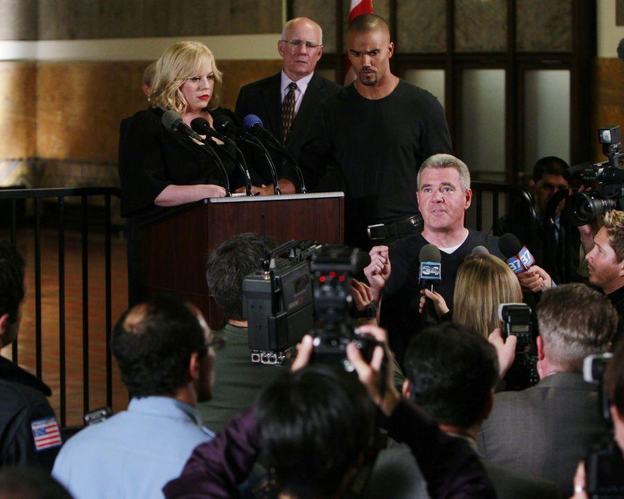 Noch stehen Garcia (Kirsten Vangsness, hinten l.) und Morgan (Shemar Moore, hinten r.) vor einem Rätsel, doch sie geben alles, um einen Serienmörd... - Bildquelle: ABC Studios