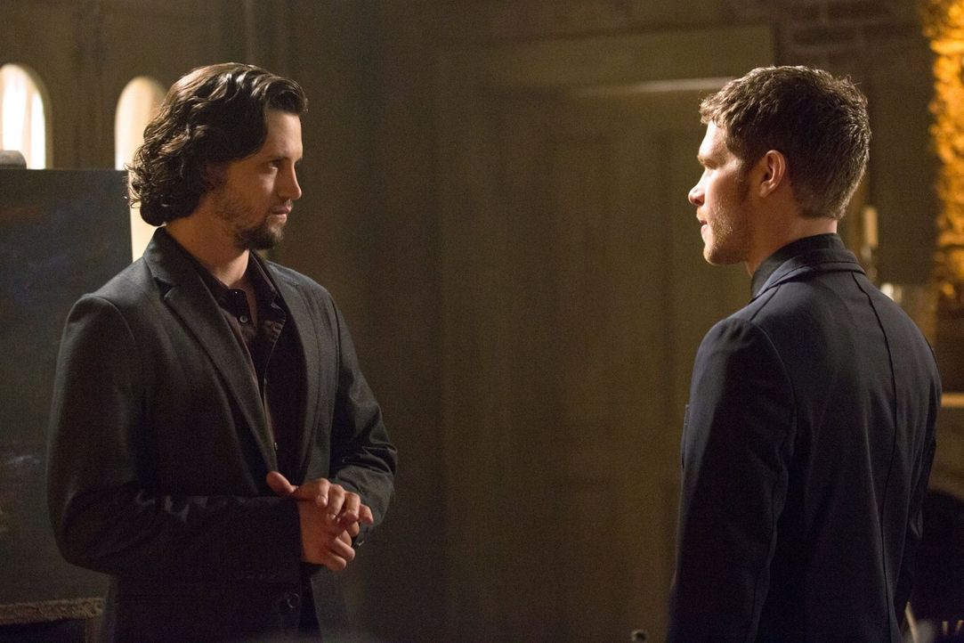 Wird Jackson (Nathan Parsons, l.) das verführerische Angebot von Klaus (Joseph Morgan, r.) annehmen? - Bildquelle: Warner Bros. Television