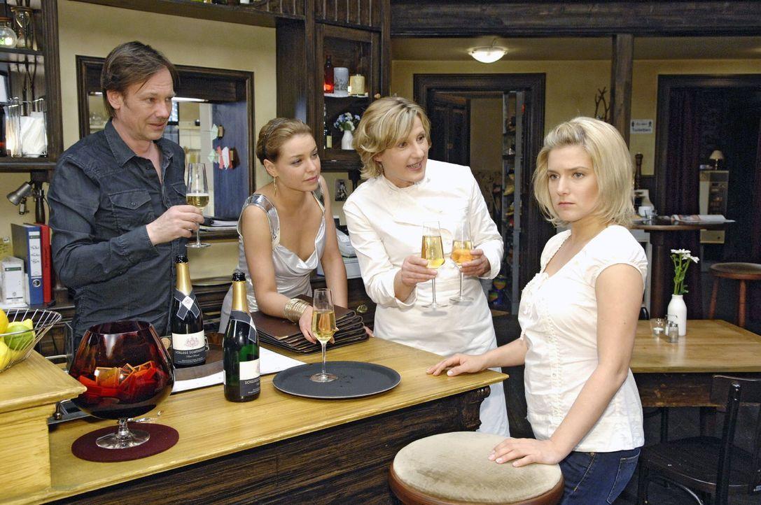 Anna (Jeanette Biedermann, r.) ist fassungslos, als Armin (Rainer Will, l.) und ihre Mutter (Heike Jonca, 2.v.r.) ihr verkünden, dass Katja (Karolin... - Bildquelle: Claudius Pflug Sat.1
