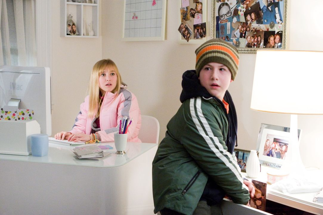 Als die 12-jährige Claire Lyons (Ellen Marlow, l.) mit ihren Eltern und ihrem kleinen Bruder Todd (Dylan Minnette, r.) von Orlando nach Westchester... - Bildquelle: 2008 Warner Bros.