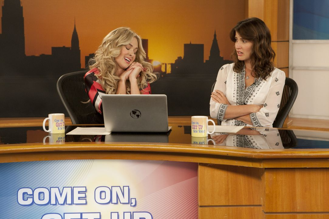 Robin (Cobie Smulders, r.) hat Ärger mit ihrer Co-Moderatorin Becky (Laura Bell Bundy, l.). Diese geht ihr nicht nur auf die Nerven, nein, sie ist... - Bildquelle: 20th Century Fox International Television