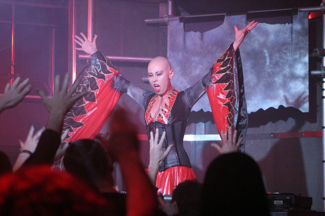Der DJ (Sandi 'Hotrod' Finlay) steht stets im Licht - im Rampenlicht ... - Bildquelle: 2007 HILT Productions Pty Limited. All Rights Reserved