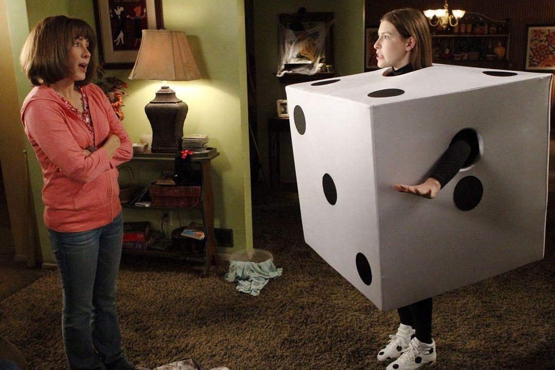 Nachdem Sue (Eden Sher, r.) mit ihrem Halloweenkostüm auf einer Party unangenehm auffällt, ist ihr klar, dass sie etwas an ihrem Stil ändern muss. F... - Bildquelle: Warner Brothers