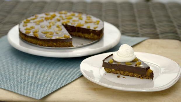 Der leckere Schokoladen-Pistazien-Kuchen mit Schlagsahne hat es ganz schön in...
