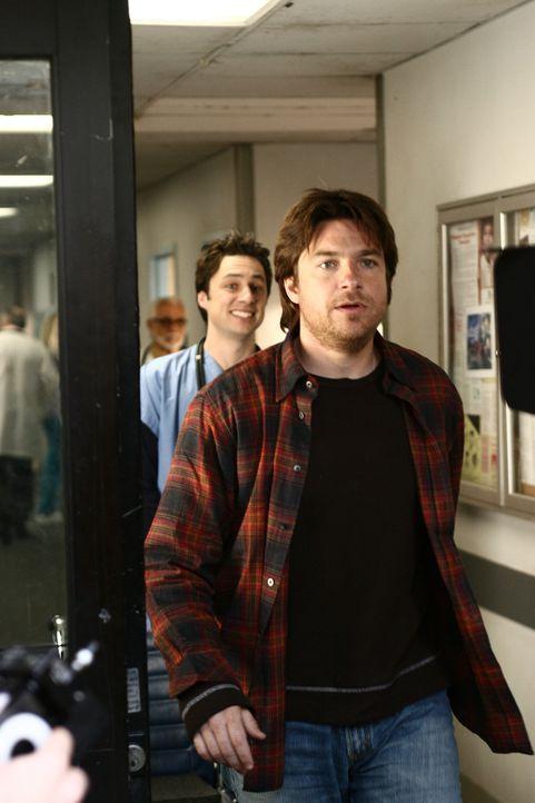 J.D. (Zach Braff, l.) ist fassungslos: Mr. Sutton (Jason Bateman, r.), ein Patient, dem er das Leben gerettet hat, weigert sich, ihm den gebührenden... - Bildquelle: Touchstone Television