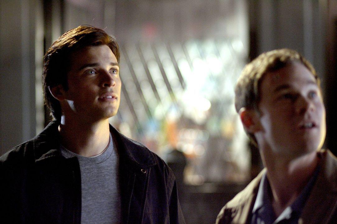 Durch ein Foto, das einen rotblauen Schatten bei der Rettung von Lois zeigt, kommt Clark (Tom Welling, l.) in Bedrängnis. Wird Jimmy (Aaron Ashmore,... - Bildquelle: Warner Bros.