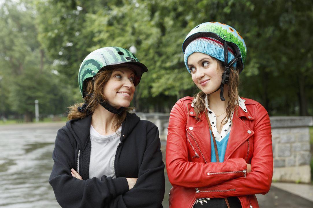 Das Chaos-Team: Monica (Laura Marano, r.) und Liz (Leigh-Allyn Baker, l.) jagen einen Schmuck-Räuber durch die gesamte Stadt und nebenbei muss Monic... - Bildquelle: Touchstone Television