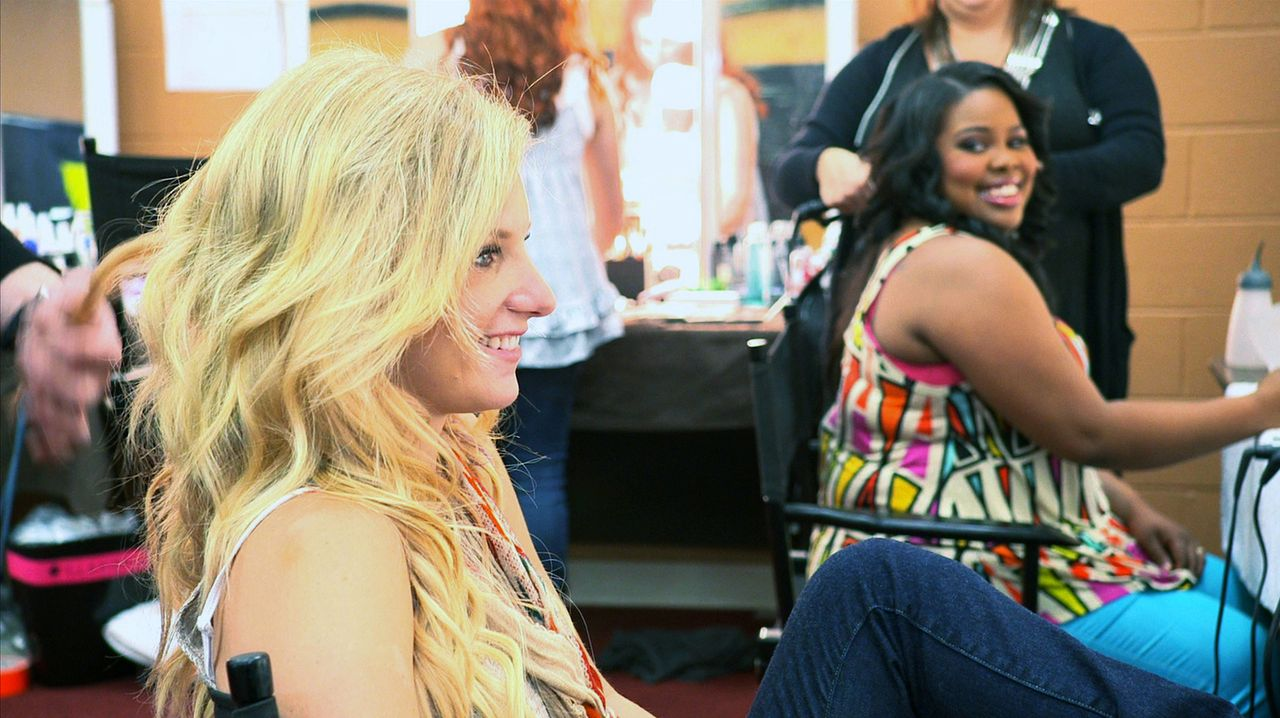 Backstage: Brittany (Heather Morris, l.) und Mercedes (Amber Riley, r.) ... - Bildquelle: TM and   2011 Twentieth Century Fox Film Corporation.  All rights reserved.