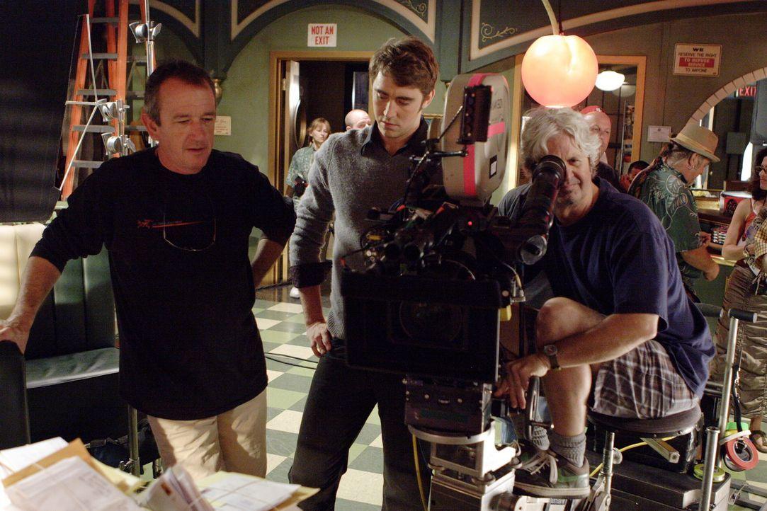 Hinter den Kulissen: Lee Pace alias Ned (M.) wird über den Ablauf informiert ... - Bildquelle: Warner Brothers