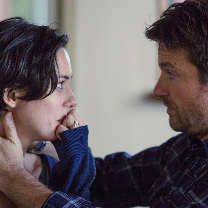 Simon (Jason Bateman, r.) versucht, seine Frau Robyn (Rebcca Hall, l.) zu beschützen, da er weiß wie gefährlich sein alter Schulfreund Gordo ist ...... - Bildquelle: Matt Kennedy 2015 STX Productions, LLC. All rights reserved.