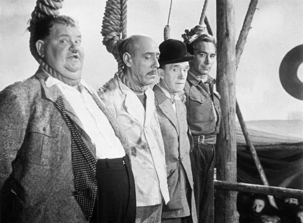 Die Landratten Ollie (Oliver Hardy, l.) und Stan (Stan Laurel, 2.v.r.) hätten nie gedacht, einmal ein Seemannsbegräbnis zu bekommen ... - Bildquelle: Exploitation Pictures Inc.