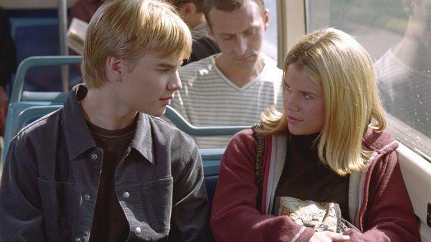 Simon (David Gallagher, l.) hat Interesse an der 16-jährigen Sally (Marisa Th...
