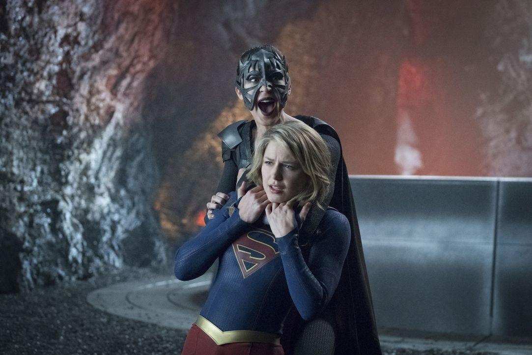 Auf Kara alias Supergirl (Melissa Benoist, vorne) und Sam alias Reign (Odette Annable, hinten) wartet ein ultimativer Kampf ... - Bildquelle: 2017 Warner Bros.