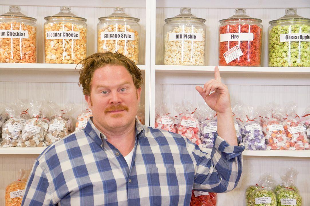 """Im """"Santa's Candy Castle"""" in Louisville stellt sich Casey Webb der elementaren Challenge Fire & Ice: ein Pfund megascharfes Popcorn und zwei Liter E... - Bildquelle: 2017,The Travel Channel, L.L.C. All Rights Reserved."""