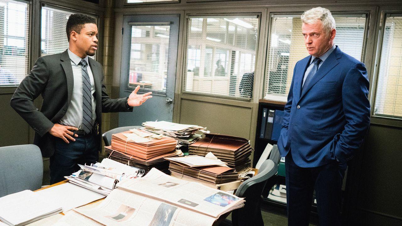 Während Bell (Jon Michael Hill, l.) und Gregson (Aidan Quinn, r.) mit den Untersuchungen an einem Clown-Mord beschäftigt sind, wird Bell von dem Ex-... - Bildquelle: Michael Parmelee 2016 CBS Broadcasting, Inc. All Rights Reserved