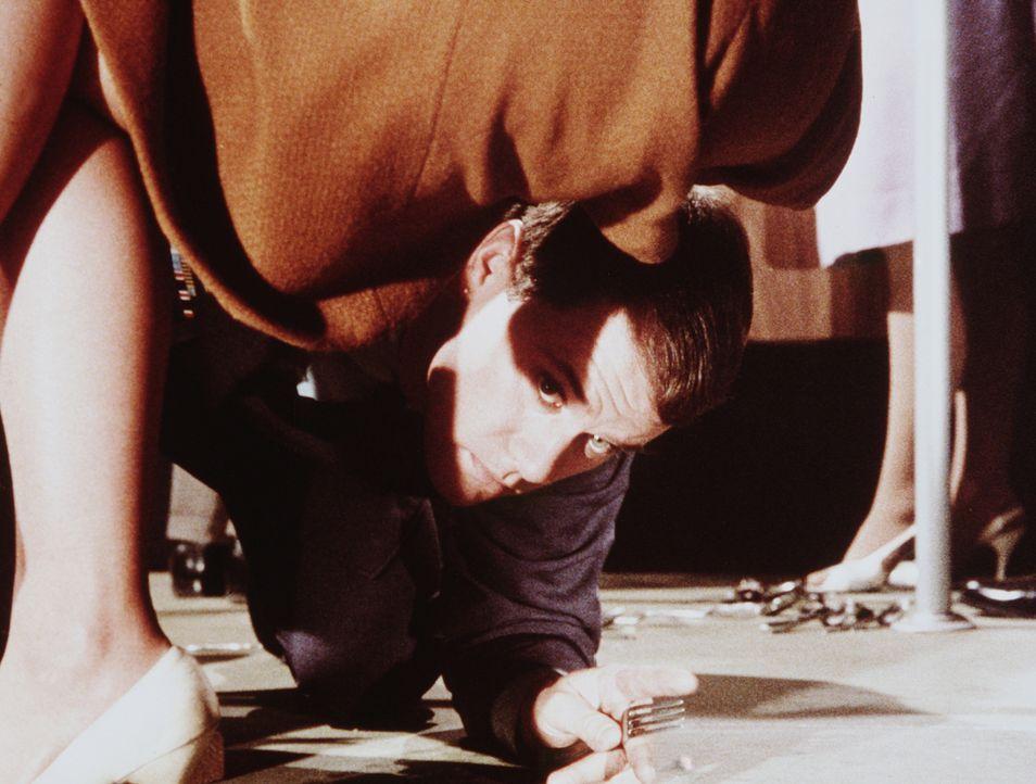 Während des Abendessens mit Roger und zwei Frauen bekommt Tony (Larry Hagman) Gewissensbisse wegen Jeannie. Soll er sie wieder zurückholen? - Bildquelle: Columbia Pictures