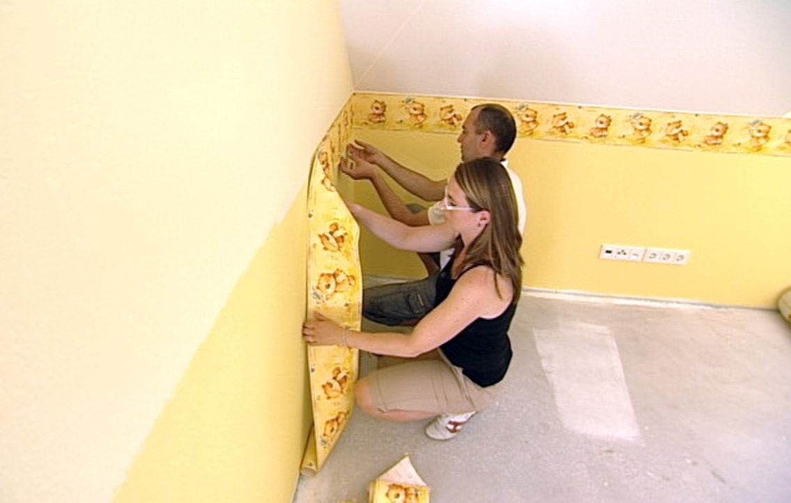 Melanie (l.) und ihr Mann Heiko (r.) lassen für sich und ihren kleinen Sohn Mattes ein kostengünstiges Fertighaus bauen. In nur vier Monaten soll am... - Bildquelle: SAT.1