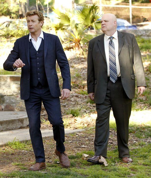 Agent J.J. LaRoche (Pruitt Taylor Vince, r.), der Leiter der Internen Ermittlung des CBI, bittet Patrick (Simon Baker, l.) um Hilfe, als ein Behält... - Bildquelle: Warner Bros. Television