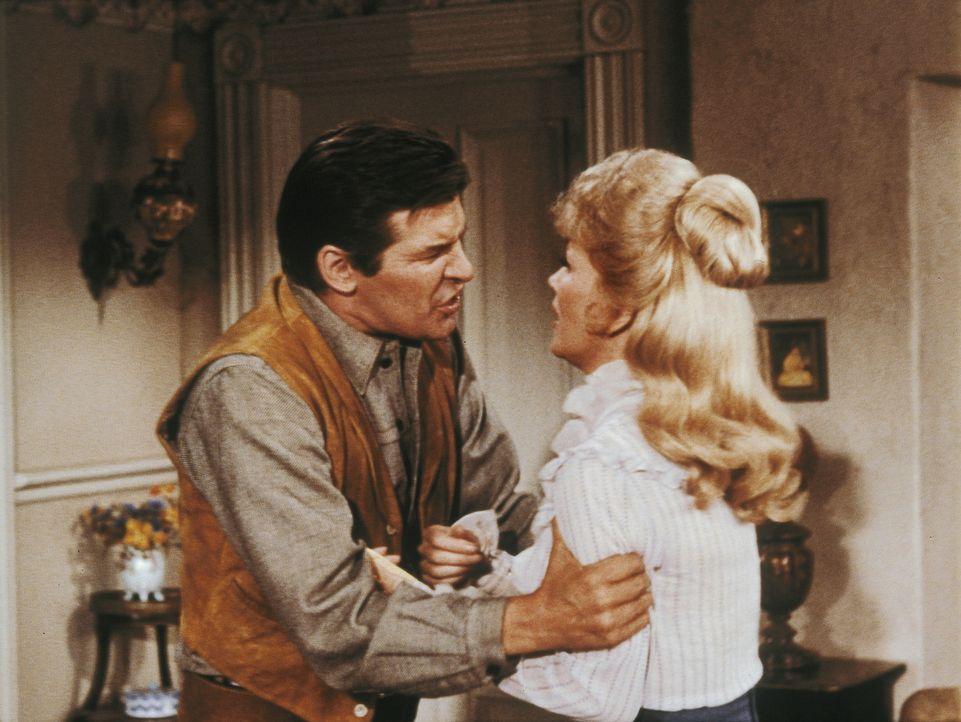 Während Laura Dayton (Kathie Browne, r.) Adams Liebe zurückweist, lässt sie sich mit dem Fremden Ward Bannister (Peter Breck, l.) ein. Ein fulminant... - Bildquelle: Paramount Pictures