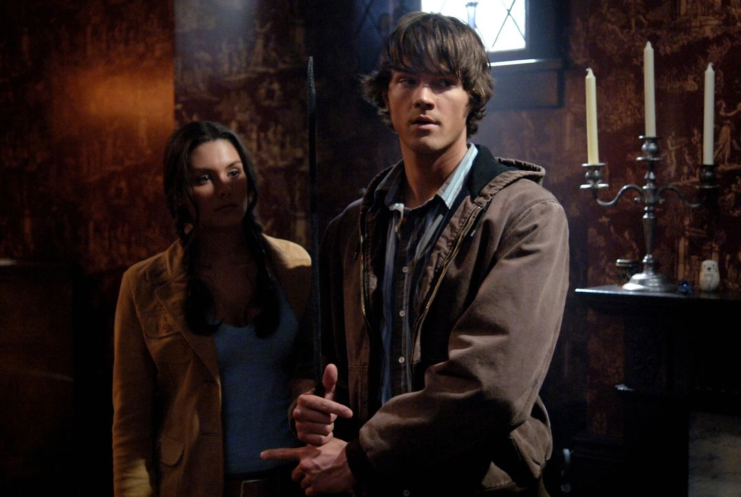 Bei der Suche nach Hinweisen, treffen Sam (Jared Padalecki, r.) und Dean auf Sarah (Taylor Cole, l.) und hoffen von ihr etwas über das mysteriöse Ge... - Bildquelle: Warner Bros. Television