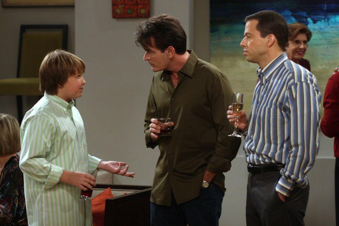 Auf der Verlobungsfeier von Teddy und Evelyn: Charlie (Charlie Sheen, M.), Alan (Jon Cryer, r.) und Jake (Angus T. Jones, l.) - Bildquelle: Warner Brothers Entertainment Inc.