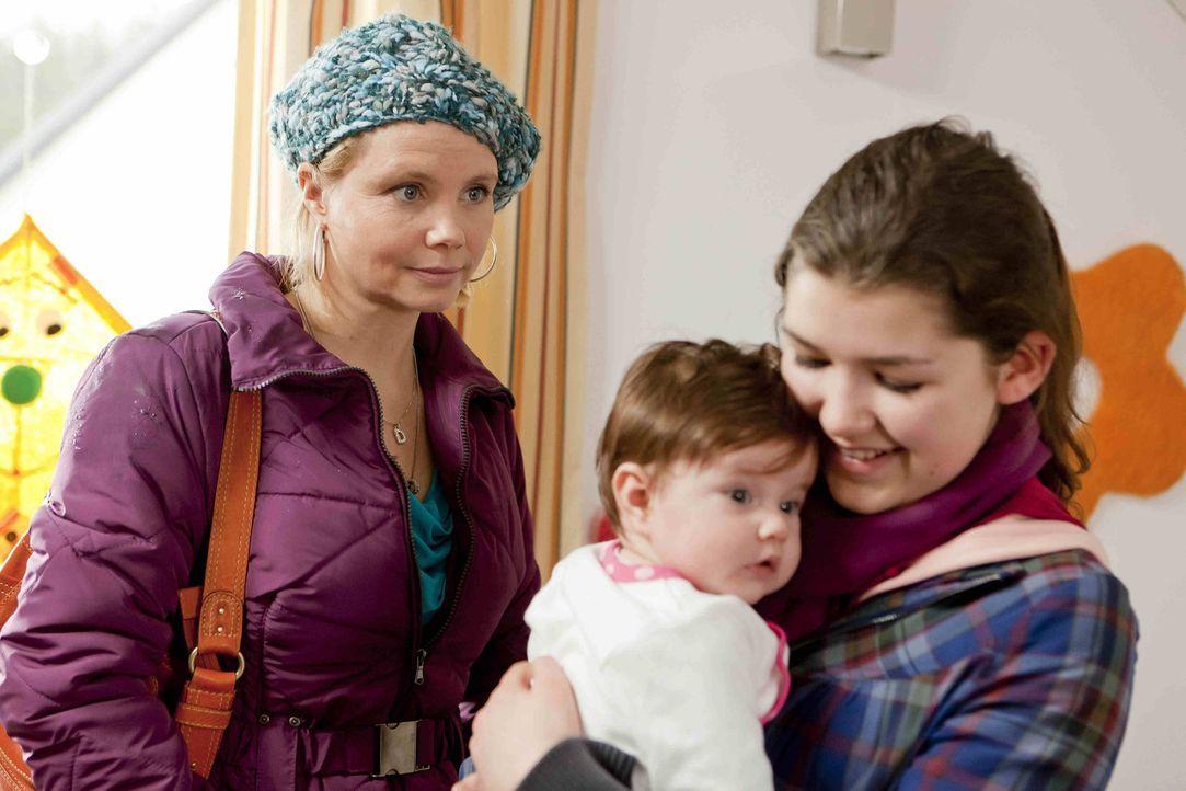 Stefanie Kemper (Emma Grimm, r.) wendet sich hilfesuchend an Danni (Annette Frier, l.), man wolle ihr Tochter Lilly wegnehmen. Danni staunt, denn St... - Bildquelle: SAT.1