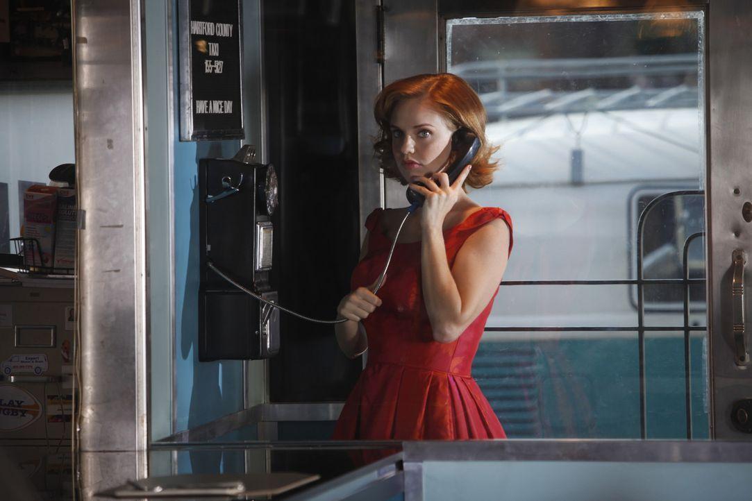 Selbst der Ratschlag einer Freundin, kann Kate (Kelli Garner) nicht von ihrer Absicht, dem US-Geheimdienst zu helfen, abbringen ... - Bildquelle: 2011 Sony Pictures Television Inc.  All Rights Reserved.