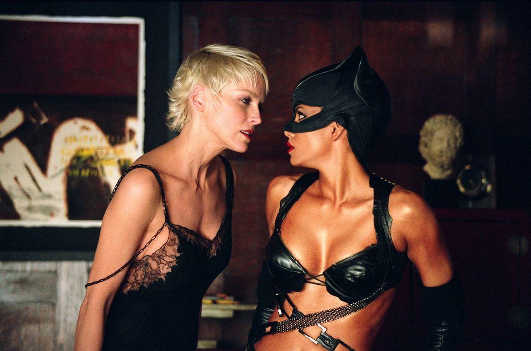 Laurel Hedare (Sharon Stone, l.) kennt kein Pardon. Wer von ihren verbrecherischen Handlungen erfährt, wird knallhart beseitigt. Allerdings hat sie... - Bildquelle: Warner Bros. Television