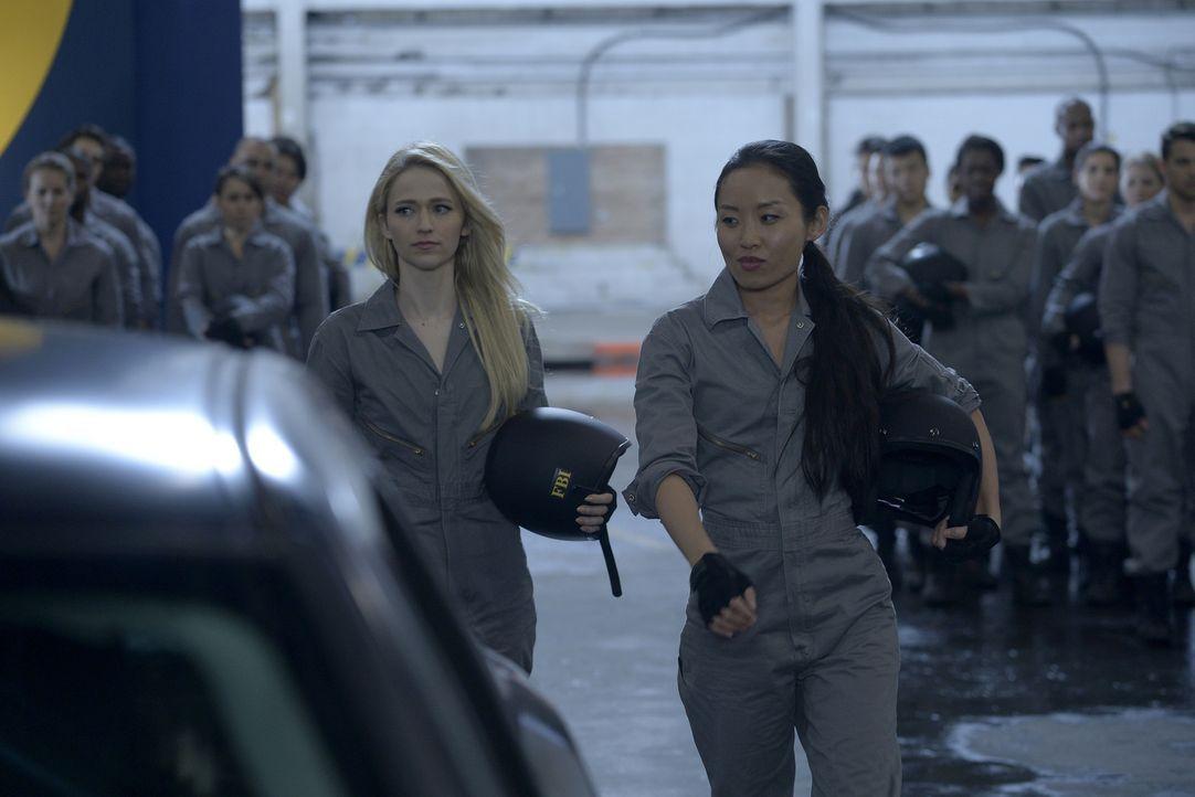 Müssen sich ganz besonderen Fahrstunden unterziehen: Iris (Li Jun Li, r.) und Shelby (Johanna Braddy, l.) ... - Bildquelle: Philippe Bosse 2015 ABC Studios