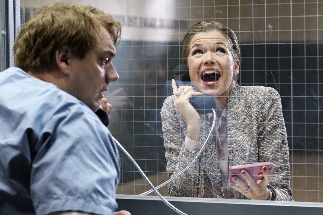 Rebecca (Anke Engelke, r.) besucht ihren Mann Martin (Charly Hübner, l.) im Knast. Martin sieht schwer angeschlagen aus und hat blutunterlaufene Aug... - Bildquelle: Guido Engels SAT.1