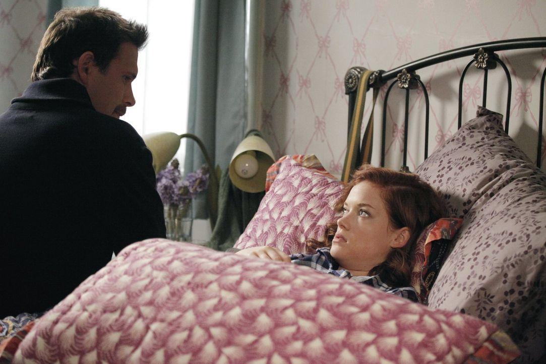 Während sich George (Jeremy Sisto, l.) um Tessa (Jane Levy, r.) kümmern muss, versteckt sich Fred bei ihnen im Keller ... - Bildquelle: Warner Brothers