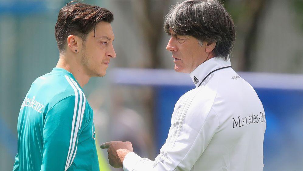 Telefonat geplant: Mesut Özil und Joachim Löw - Bildquelle: AFPSIDPATRIK STOLLARZ