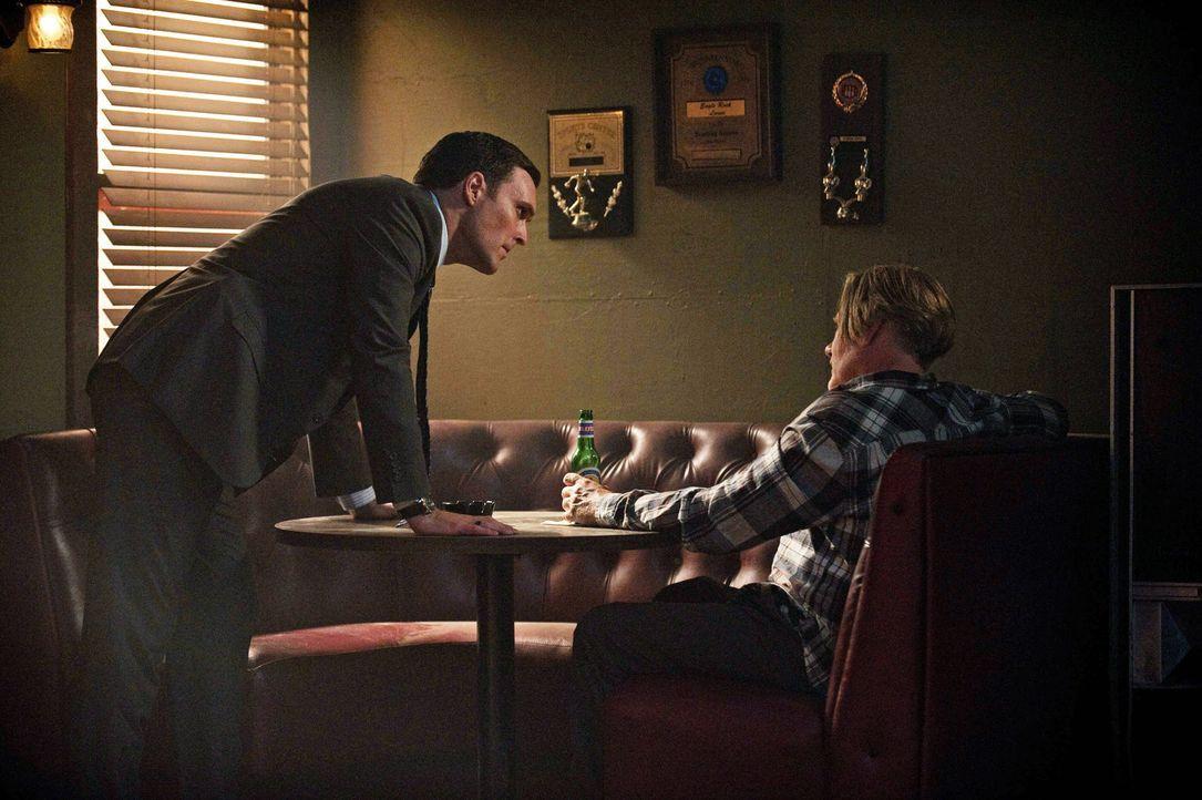 Als Steve Rigsby (William Forsythe, r.) am Schauplatz eines Verbrechens schwer verletzt aufgefunden wird, muss sein Sohn Wayne (Owain Yeoman, l.) ge... - Bildquelle: Warner Bros. Television