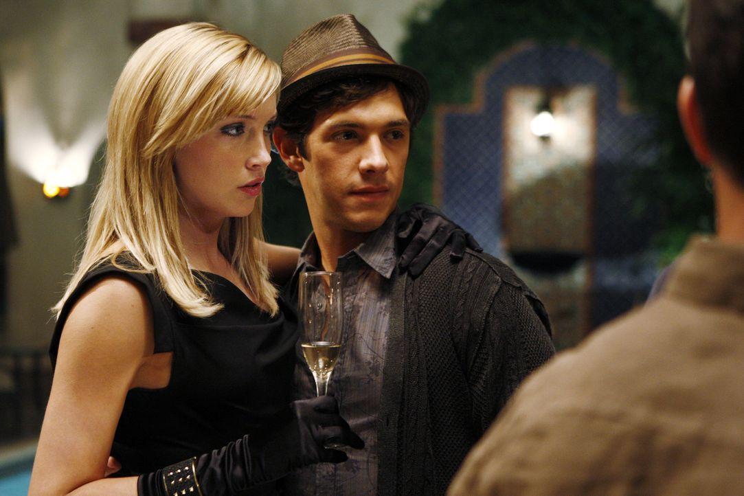 Freut sich Ella (Katie Cassidy, l.) wirklich für Jonah (Michael Rady, r.)? - Bildquelle: 2009 The CW Network, LLC. All rights reserved.
