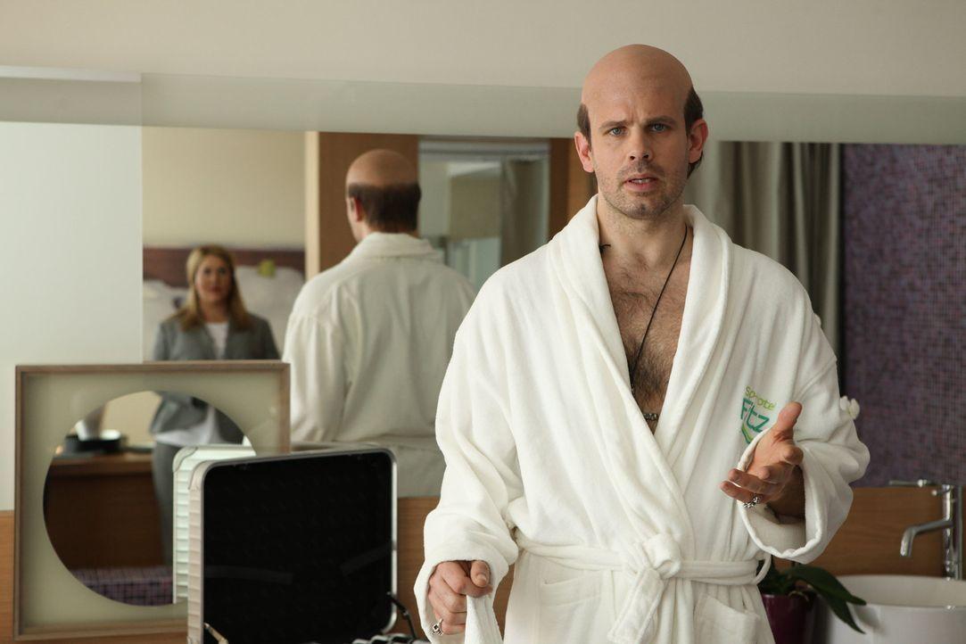 Starfriseur Roman Berger (Steffen Groth, r.) kündigt sich mit einem großen Showevent im Hotel Fitz an, was bei Jessica/Marie (Wolke Hegenbarth, l.... - Bildquelle: Petro Domenigg SAT.1