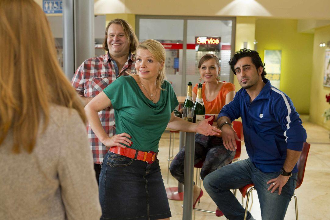 Haben einen guten Grund zu feiern: Danni (Annette Frier, l.) und ihre Freunde aus dem Untergeschoss der Einkaufspassage, Nils (Oliver Fleischer, l.)... - Bildquelle: Frank Dicks SAT.1