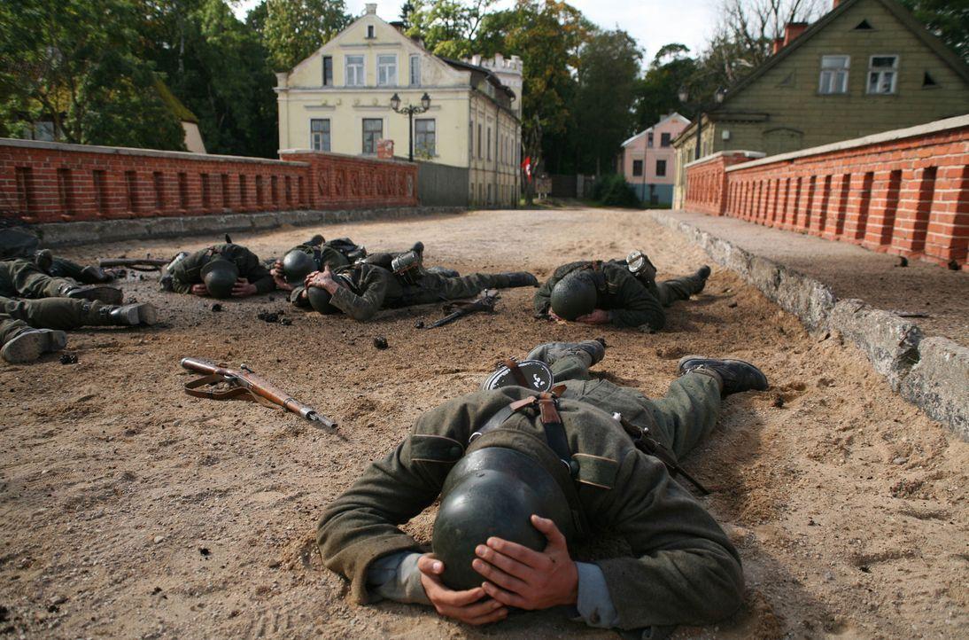 Wenige Wochen vor dem Ende des Zweiten Weltkriegs mobilisiert die Wehrmacht ihre letzten Kräfte: 16-jährige Schüler! Um die Brücke vor den Toren ihr... - Bildquelle: Boris Guderjahn ProSieben