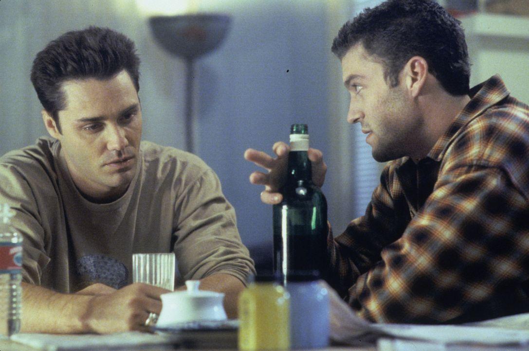 Während Noah (Vincent Young, l.) Kelly bei den Nachforschungen über einen Obdachlosen helfen soll, bekommt David (Brian Austin Green, r.) ein Angebo... - Bildquelle: Paramount Pictures