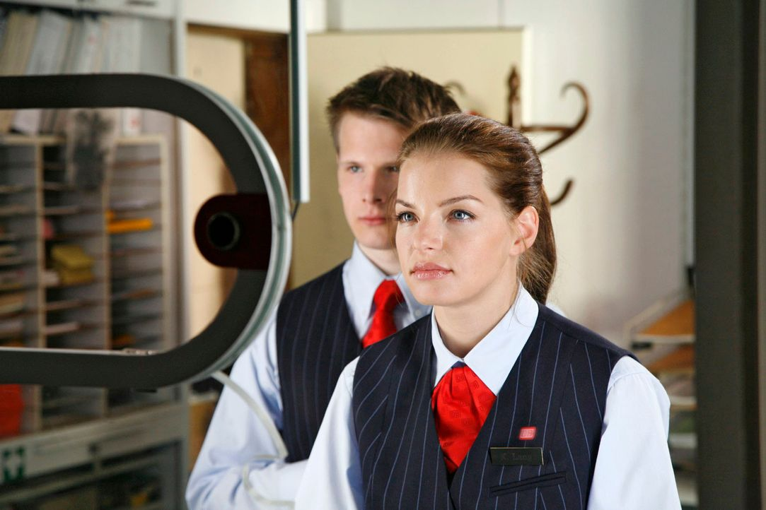 Katrina (Yvonne Catterfeld), Fahrkartenverkäuferin am Bahnhof Pinnow, glaubt zunächst an ein Missverständnis, als ihr am Schalter eröffnet wird, sie... - Bildquelle: Georg Pauly Sat.1