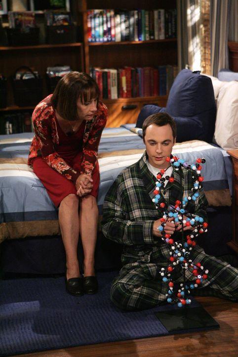 Sheldons (Jim Parsons, r.) Mutter Mary (Laurie Metcalf, l.) beweist Langmut, denn sie ist solche Eskapaden ihres Sohnes gewohnt, doch letztendlich g... - Bildquelle: Warner Bros. Television